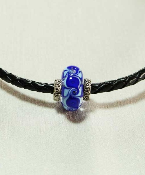 collier-perle-bleue-cuir-tresse