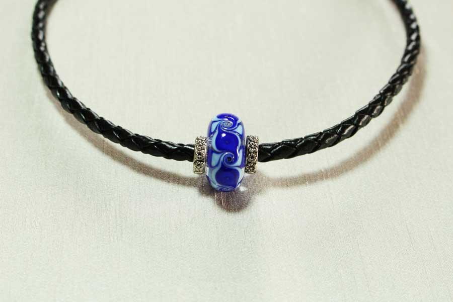 collier-perle-bleue-cuir-tresse