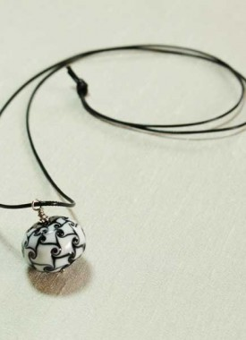 collier-perle-noir-blanc-long